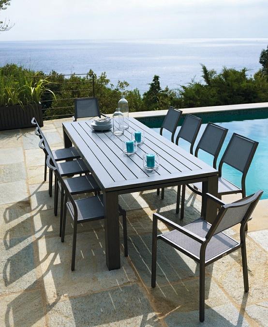 Voici une table moderne pour les grandes r ceptions for Table exterieur moderne