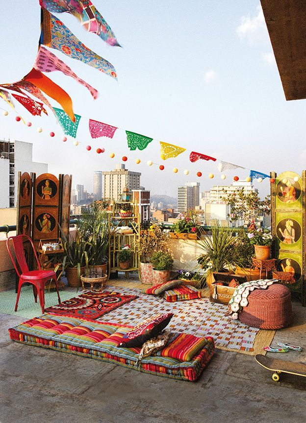 Now this is how you pull off an urban boho party:   1. find an eclectic rooftop  2. make it a picnic and buy organic, duh!  3. make sure you have an eclectic presentation of art and decor!