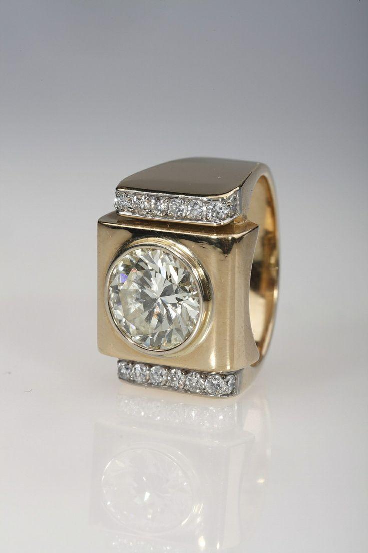 """Bague Tank Louvres des Antiquaires Une bague """"Tank"""" composée d'une monture en or 18K, de diamants et d'un diamant champagne de 3.71ct environ, couleur M, pureté VS."""