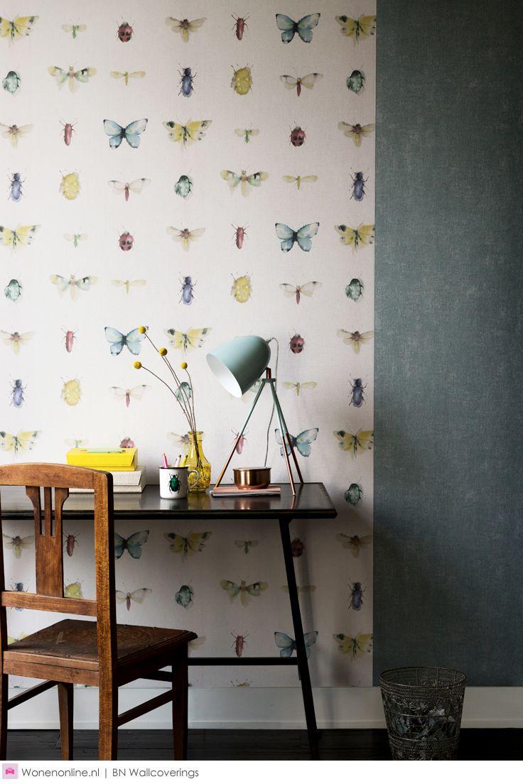 BN Wallcoverings behang collectie Chacran. De basis van de collectie Chacran ligt in de natuur. Vlinders, insecten, pauwen en bloemen maken dit behang tot een sprookjes-achtig decor. De diversiteit van de natuur is ook terug te zien in het kleurenpalet van deze collectie.