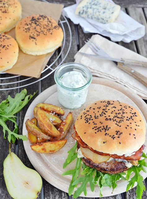 Burger mit gebratener Birne und Käse, Kartoffelecken und Kräuterdipp #7xregional