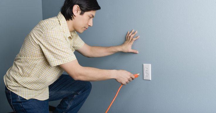 Cómo trasladar energía desde una toma de electricidad con un cable de extensión. En ocasiones necesitarás energía en un área especifica de la casa donde existe una toma de corriente, pero por suerte se puede conducir la energía de una toma a la otra empleando un cable de extensión. Un cable de extensión es un cable largo que se conecta a una toma de corriente y traslada la energía a través de su longitud a una zona remota. Las ...