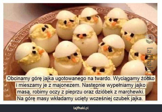 Jajko na twardo podane inaczej - Obcinamy górę jajka ugotowanego na twardo. Wyciągamy żółtko i mieszamy je z majonezem. Następnie wypełniamy jajko masą, robimy oczy z pieprzu oraz dzióbek z marchewki. Na górę masy wkładamy ucięty wcześniej czubek jajka.