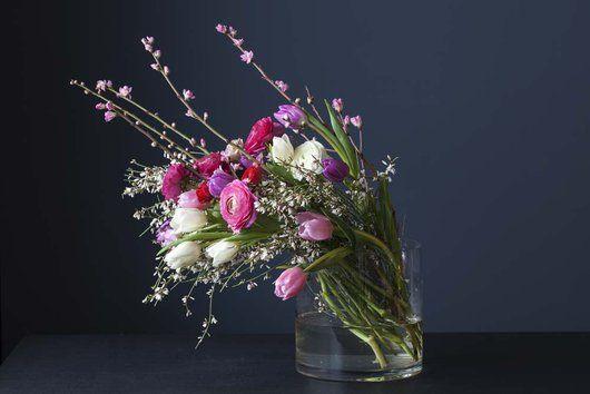 Kombinér gjerne ranunkler, tulipaner og greiner.