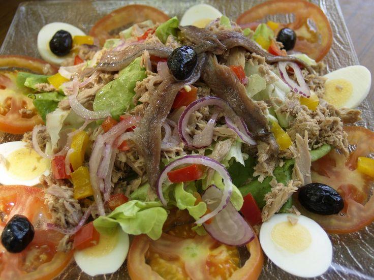 L'insalata nizzarda, come si intuisce dal nome, vede le proprie origini nella città francese di Nizza ed è composta da molti ingredienti diversi tra loro.