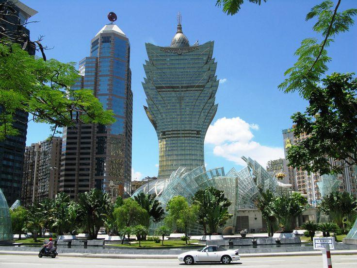 Avveniristica struttura dorata a forma di loto del Gran Casino Lisboa, la più grande casa da gioco del mondo