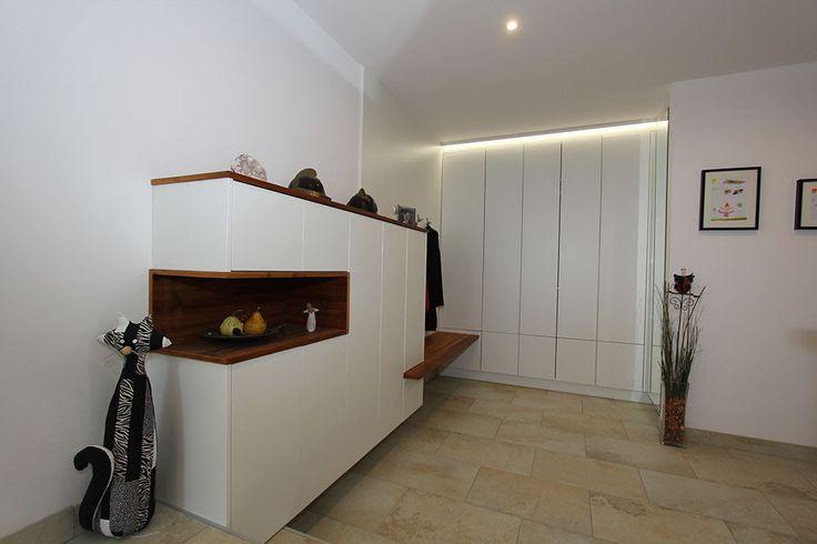 garderobe kombiniert fichte altholz mit wei en fronten indirekte beleuchtung im schrankverbau. Black Bedroom Furniture Sets. Home Design Ideas