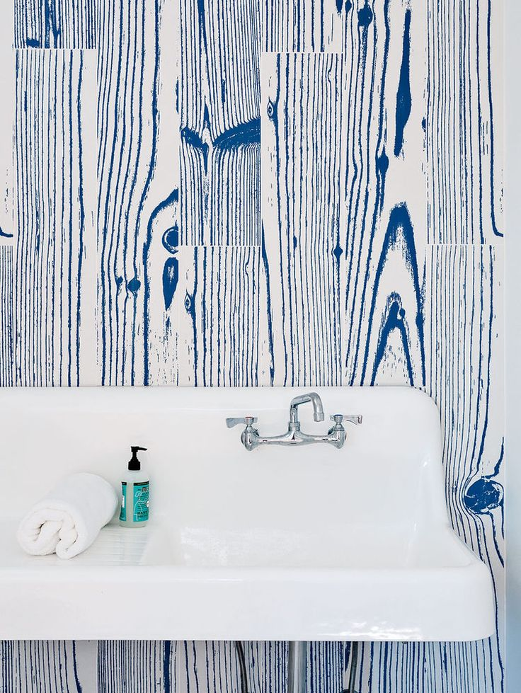White-and-blue, wood-grain–patterned UonUon tiles14oraitaliana