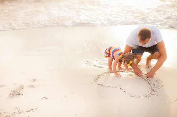 Ideas of Photos for Dad and Kids: Father and Daughter at the Beach