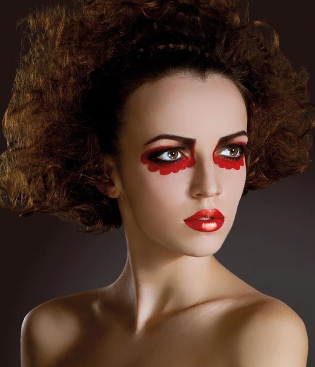 Tutorial realizat integral cu produse Make-up Studio. Make-up Artist: Romana Oanes; Hair Stylist: Liviu Gudor; Model: Amalia Bot; Foto: Andreea Leonte.