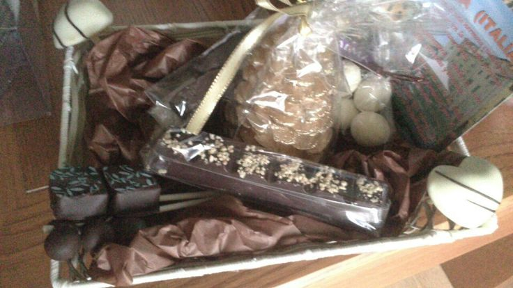 Cesta con varios chocolates gourmet