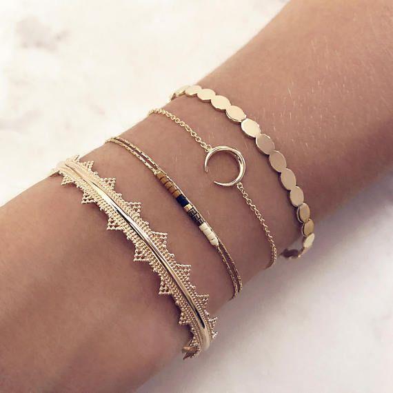 Minimalistisches Armband mit einem winzigen Horn- (oder Halbmond-) Charme an einer zierlichen Kette ….   – Bileklikler