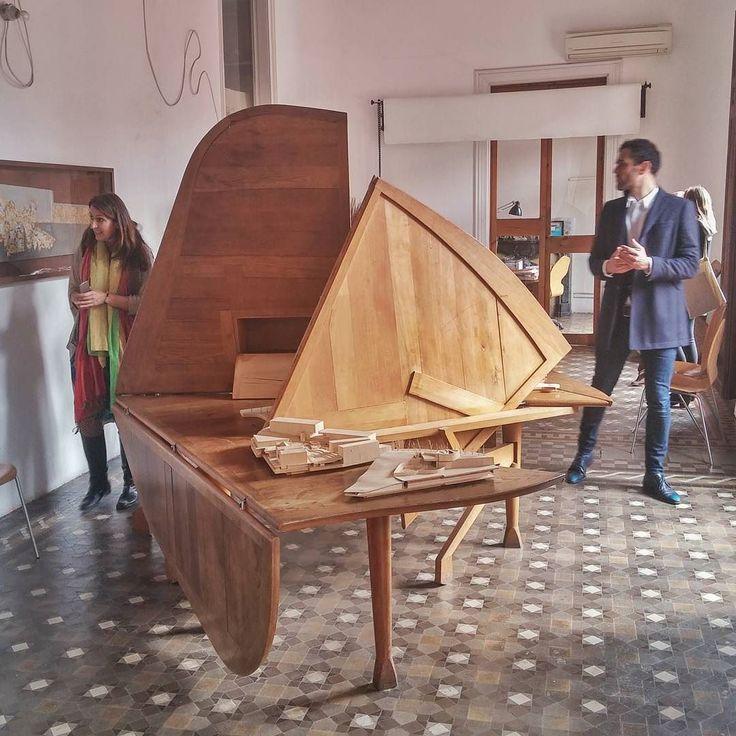 (Jaume Prat) Enric Miralles: mesa Ines-table (con Benedetta)