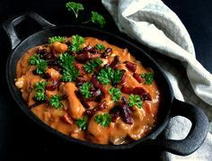 Den lækreste opskrift på en krydret paprikagryde med mørbrad, bacon og pølser - en rigtig efterårs- og vinterklassiker, der er perfekt på kolde dage.