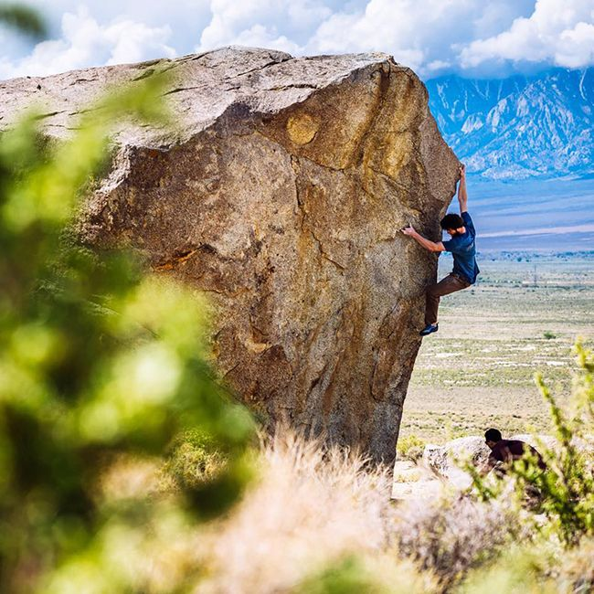Roadside session off of Highway 395. Tribesman Jimmy Webb. Inyo County, CA. Photo by Ken Etzel. #hippytreetribe #surfandstone #climbing #bouldering