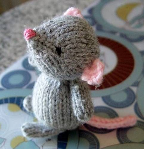 Ratoncito a dos agujas, monísimo! Oscar. Very clear instructions, easy pattern available on ravelry for free. Adorable mouse!