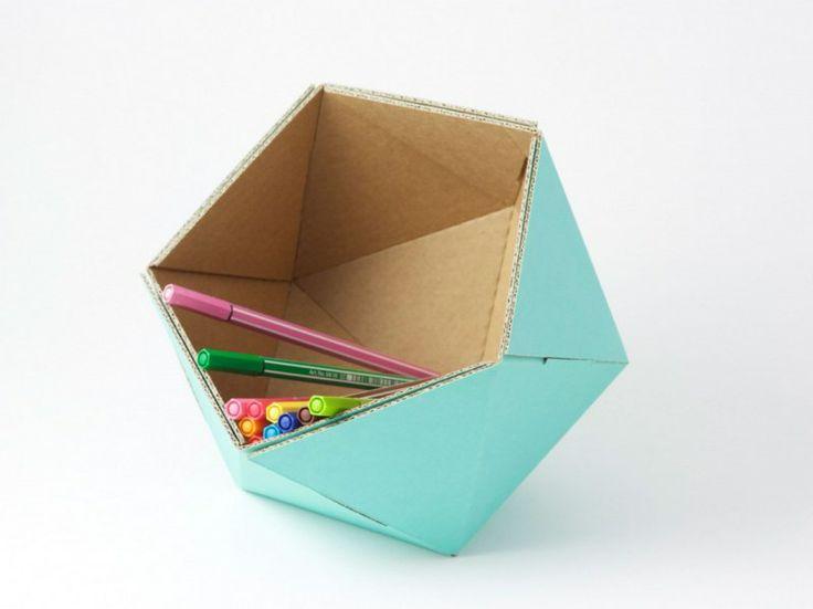 Adonde ICO portaoggetti. Portaoggetti/portapenne da tavolo. Direttamente ispirato ad un icosaedro, con le sue 20 facce ICO è disponibile in vari colori, da appoggiare sulla vostra scrivania, mensola o tavolo. Può essere utilizzato anche come svuotatasche. Rimane in posizione su ognuna delle sue facce e può ruotare da un posto all'altro senza rovesciarsi.