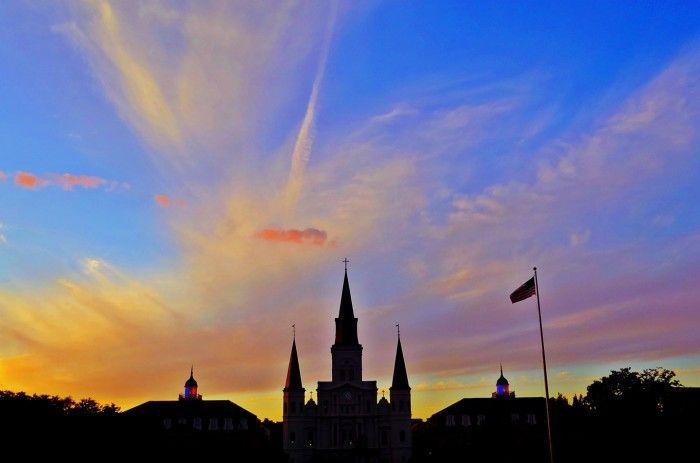 Comece a conhecer New Orleans pelo French Quarter. A cidade de New Orleans se originou nesta região sob o comando francês, no início do século XVIII. O coração de New Orleans é lindo, com seus edifícios antigos e cheios de detalhes e cores. Vá com calma, ande sem destino, se perdendo no que te chamar mais a atenção. O French Quarter não é tão grande, com muitas ruas estreitas e planas, perfeitas para um passeio a pé.