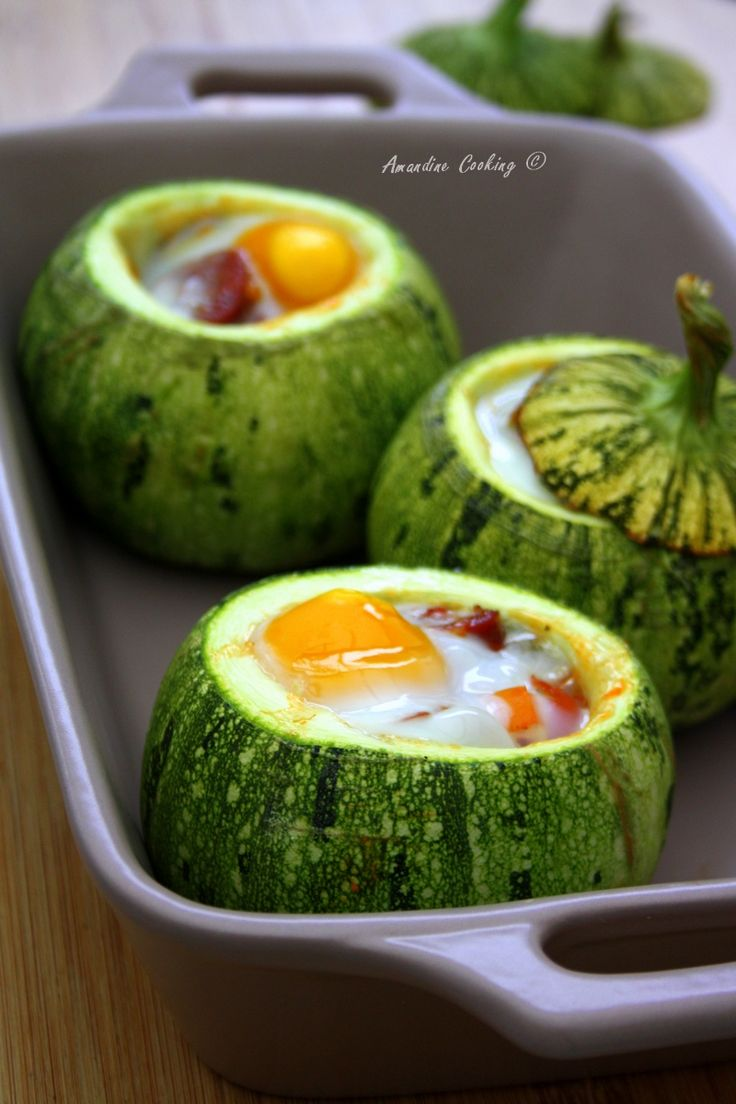 Aujourd'hui on farcie les courgettes rondes avec une poêlée de poivrons, tomates cerises et chorizo le tout recouvert d'un œuf !