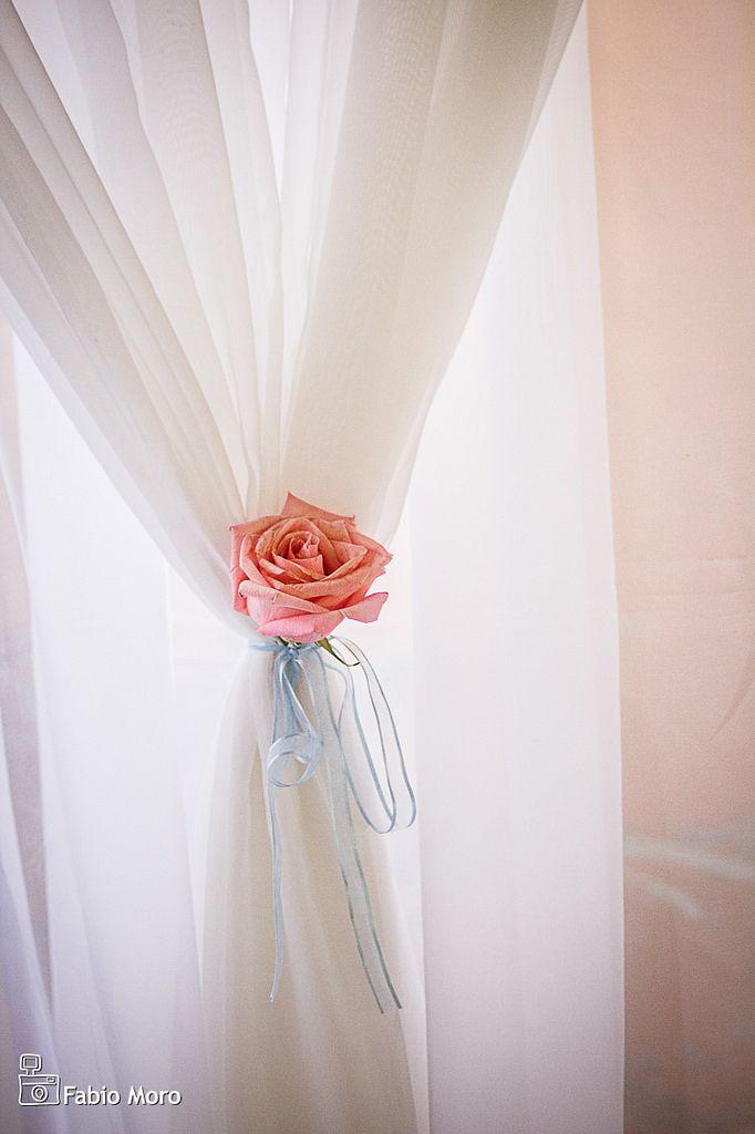 Fotos da decoração de casamento fotografado pelo fotógrafo de casamentos Fabio Moro, na cidade de Campos dos Goytacazes, RJ. Decoração de casamento romântica e clássica, decoração de casamento provençal com toque rústico das mesas de madeira. Os arranjos de mix de flores altos  com gérberas, rosas, lisianthus, hortênsia e angélicas nas cores rosa, azul e branco deram um ar de sofisticação na decoração do casamento. O bolo branco de casamento clássico foi redondo, com três andares e detalhe…