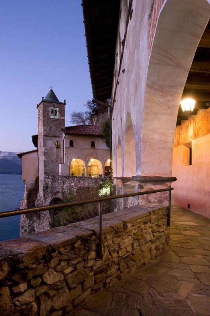 Visita ad una delle meraviglie sulla sponda lombarda del lago Maggiore: Santa Caterina del Sasso