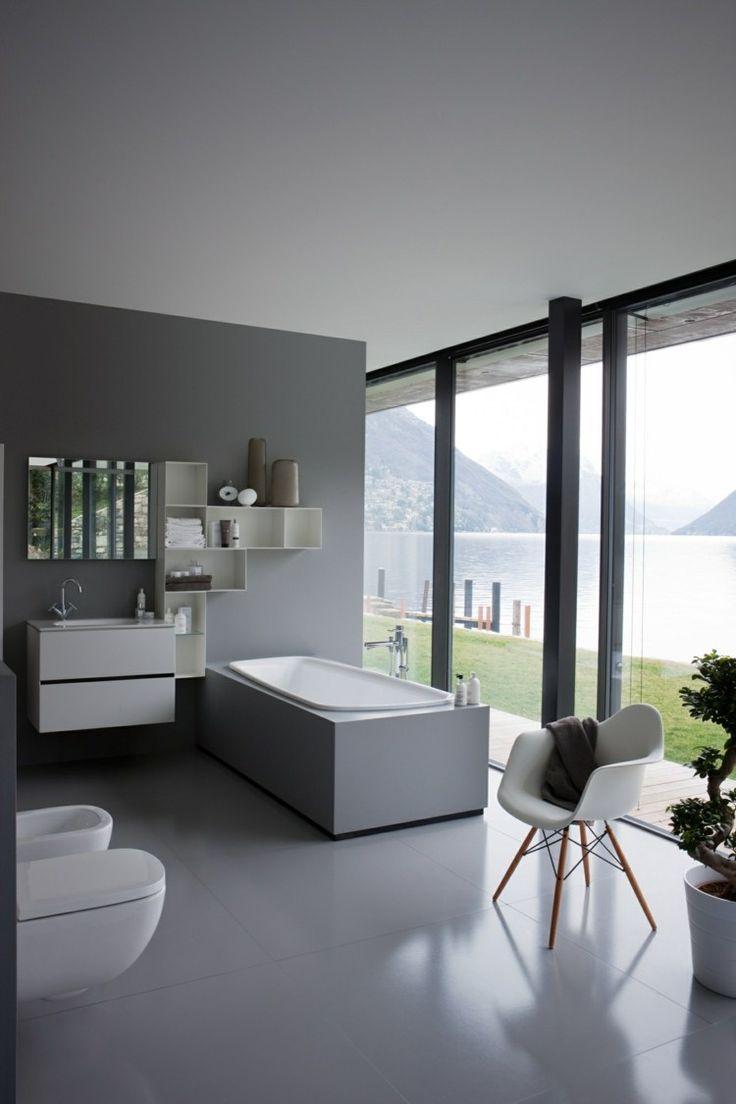 salle de bain moderne décorée avec du gris