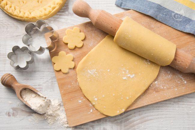 La frolla Milano è una preparazione di base della pasticceria classica. Iginio Massari ci mostra come realizzarla per crostate e biscotti.