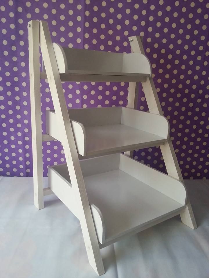 Escalera para candy bar mesas pinterest dulces for Escalera madera adorno