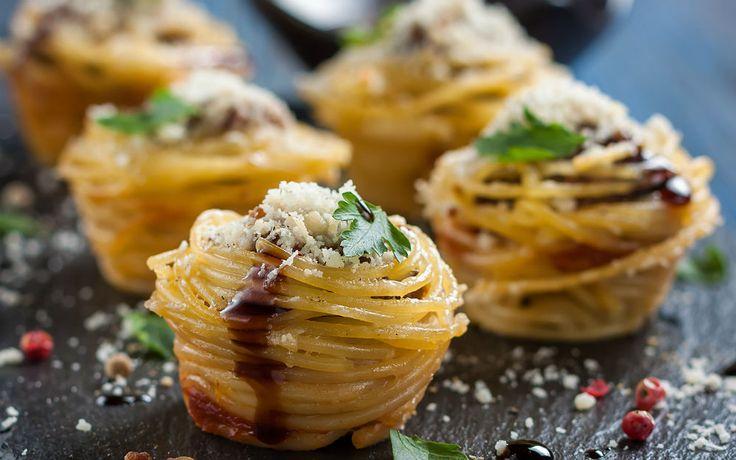 Muffin makarna ya da muffin kalıbında makarna tarifine önceden kızarttığımız mini mini köfteler ekledik, kısa sürede fırında pişirip tadına baktık.