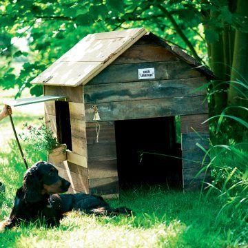 Abri, niche ou cabane pour chien en planches de bois cloutées avec cloche sonnette, fenêtre et pot de fleurs