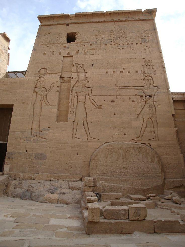 Détail du second pylône. Pharaon honorant Isis et Horus. En dessous, la stèle de Ptolémée VI.