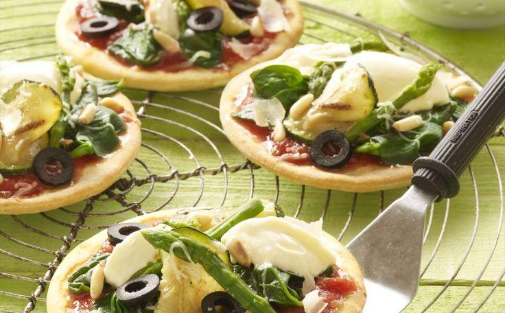 """""""Mini Pizzas De Espinacas Con Ricota, Pesto Y Piñones"""" en Nestlé Cocina #recetas #nestlecocina #menuplanner #cocina"""