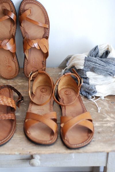 leather sandals...... Like the ones front and center and the ones leaning against back wall.....   ;): Brown Leather Sandals, Summer Fashion, Simple Sandals, Summer Sandals, Eder Sandals, Brown Sandals, Eder Shoes Sandals, Leather Shoes, Sandals For