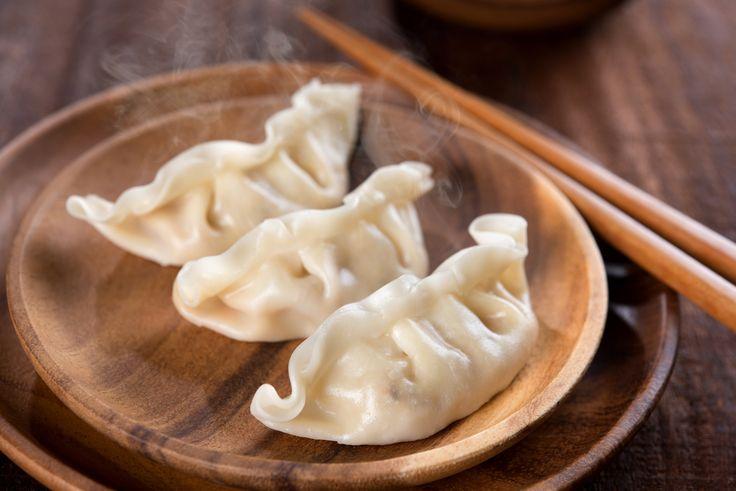 Les dumplings font partie intégrante de plusieurs types de cuisine à travers le monde. Les versions les plus connues ici sont possiblement les gyozas, tout ce qui se rattache aux dim sum chinois et les wontons. Frit, cuit à la vapeur, sauté ou simplement bouilli, un dumpling consiste en fait en une pâte roulée cuite qui peut être farcie ou non. Et lorsqu'il est question de farce à dumpling, tout est possible! Plongez dans l'univers complexe des dumplings avec ces 30 recettes que vous pourrez…