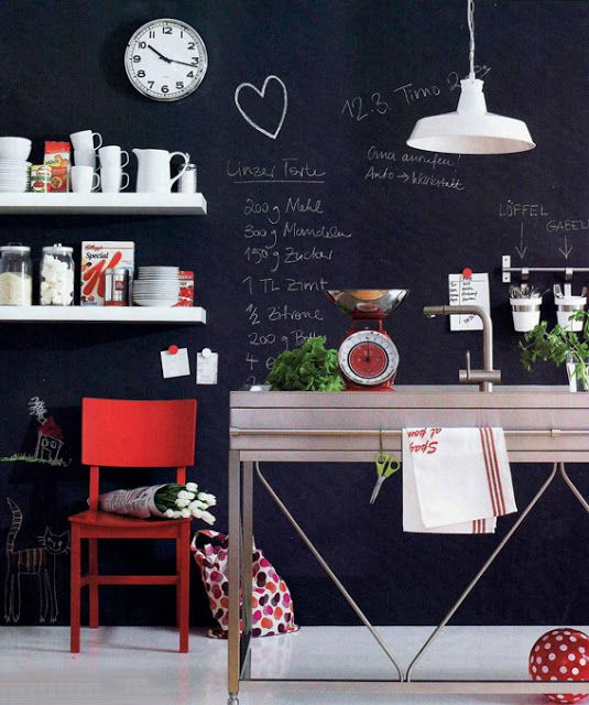 La cucina assume uno stile nuovo con l'uso della vernice lavagna!!!! Le pareti diventano una grande tela sulla quale scrivere, disegnare e lasciare messaggi ogno volta che lo desideriamo.  #rifarecasa #maistatocosifacile grazie a #designbox & #designcard #idfsrl per una casa #hidesignlowbudget*