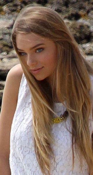 hair- Indiana evans; light brown at base/roots with blonge highlighs throughout, getting blonder towards the end. LOVE