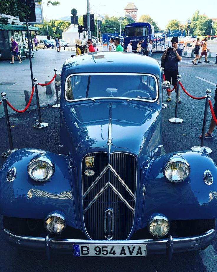 Old card with style #oldcars #bucharest #goldenera #luxurycar #citywalk #bluecars