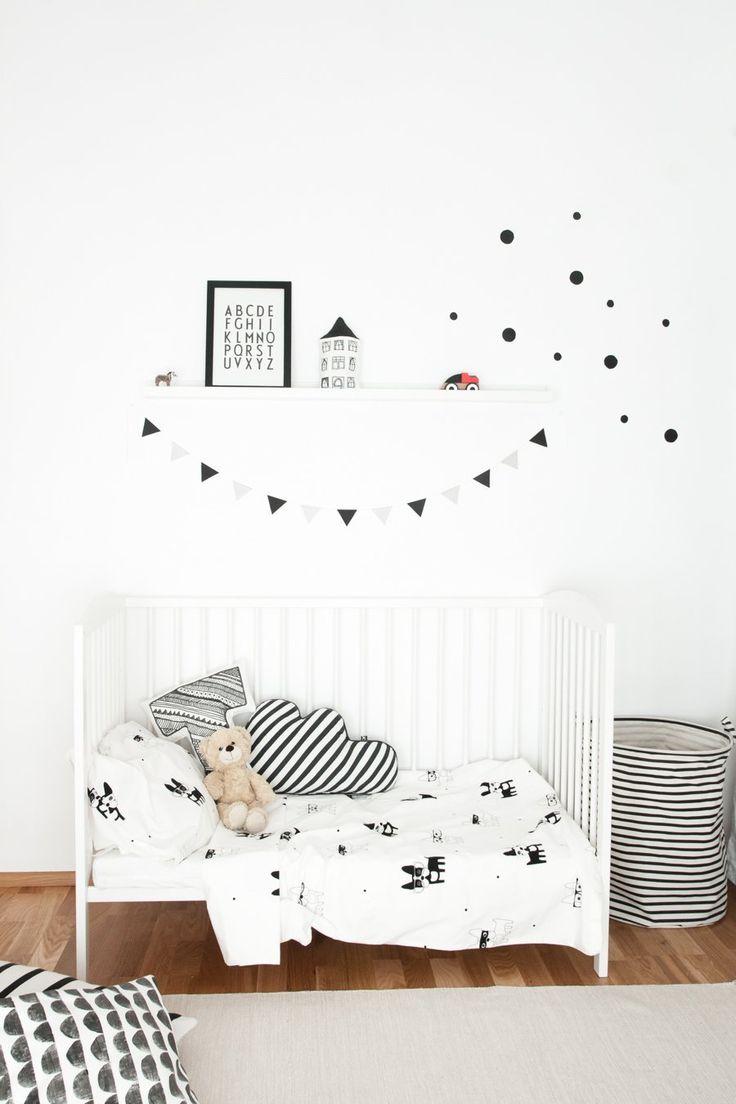 Habitación monocromática de estilo escandinavo para bebé