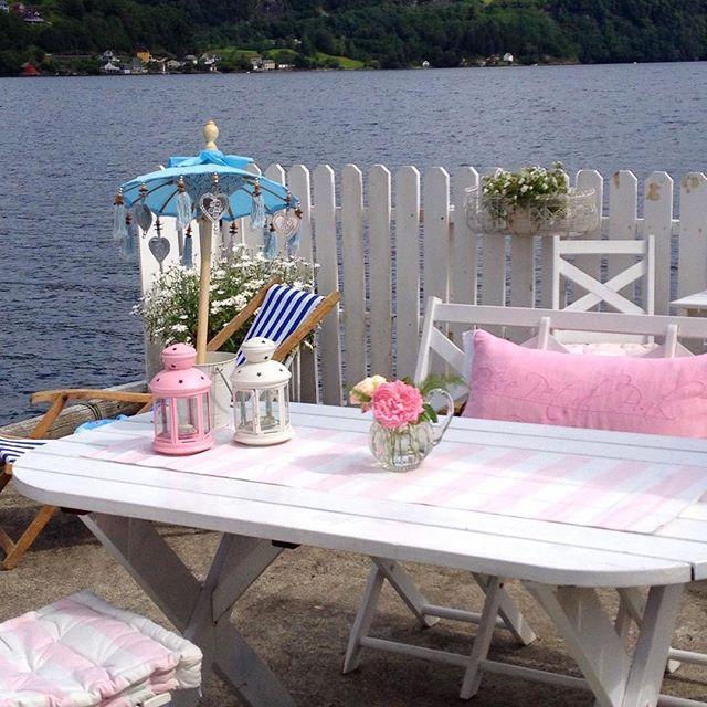 Buon pomeriggio…  Oggi siamo a Bergen, in Norvegia, a casa di Lisbeth, una tipica costruzione affacciata sul fiordo, arredata e decorata ...