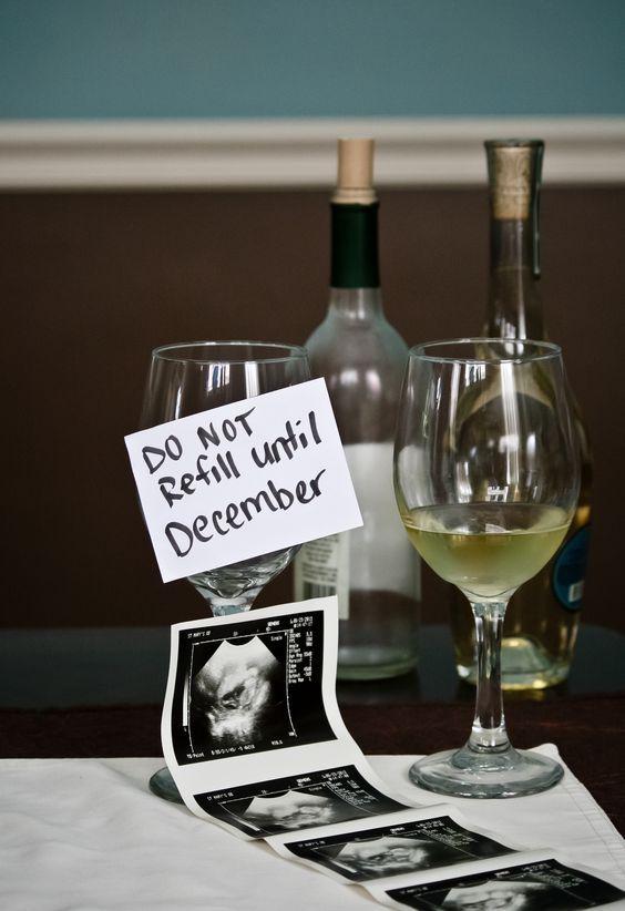 WAt een grappige foto je familie en vrienden te laten weten dat je zwanger bent! #zwanger #zwangerschapsaankondiging