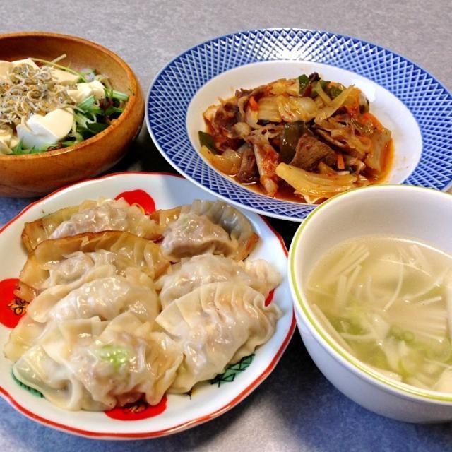 久しぶりに餃子作りました。 餃子の皮は市販のものを使っています。 - 3件のもぐもぐ - 餃子、野菜のキムチ炒め、豆腐とジャコののったサラダ、タケノコとえのきのスープ by orieueki