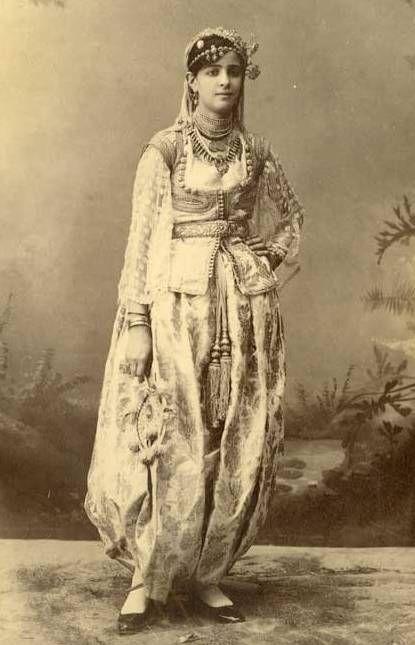 Algerian traditional costume in 17th-18th century Photo de Lalla Fatma N'Soumer?