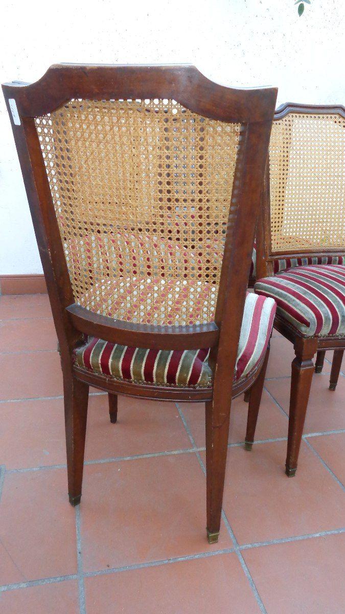 un juego de silla con respaldo de esterillas