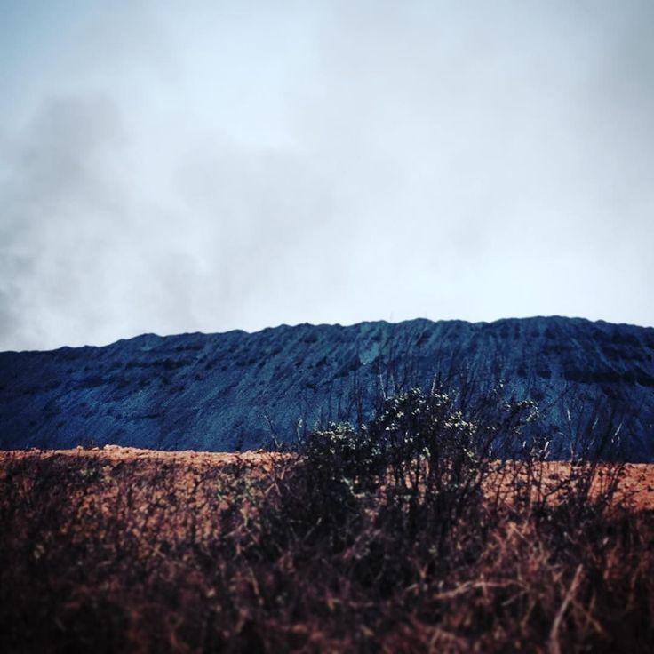 """La gran montaña de contaminada por el """"coque"""" #escenario #riesgo #trabajo #impacto #oscuro #photojournalism #aire #contaminación #violencia #miguelmoyaphotos #petróleo #derrame #oriente #venezuela by miguelmoyaphotos"""
