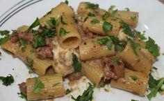 Mezzi rigatoni al radicchio con pasta di salsiccia e mozzarella   Inventaricette In cucina con Maria
