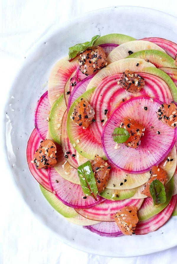 Découvrez une autre façon de déguster la betterave et le radis avec cette recette de carpaccio de radis et betteraves au saumon fumé !