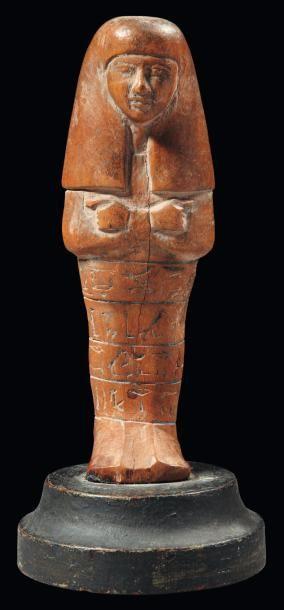 - Égypte Shaouabti au nom de la maîtresse de maison Our-el. Il est momiforme, les mains croisées, et est coiffé de la lourde perruque féminine. Les jambes sont gravées de quatre lignes hiéroglyphiques rehaussées&hellip ./tcc/