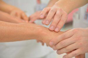Zastosuj tę mieszankę i zobacz jak po kwadransie zmarszczki z Twoich dłoni bezpowrotnie znikają!