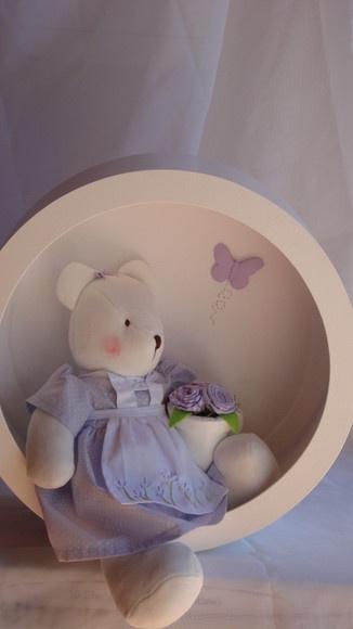 Lindo quadro nicho redondo com ursa em plush marfim com fundo forrado em tecido…