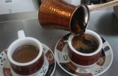 Afla cum se face cafeaua turceasca Cafeaua turceasca nu se refera la un anume tip de cafea, ci la o anumita modalitate de preparare- la ibric. Pentru a face cafea turceasca, ai nevoie de un ibric (ideal de cupru sau aluminiu), de cafea boabe fin macinata, apa, zahar si optional condimente...
